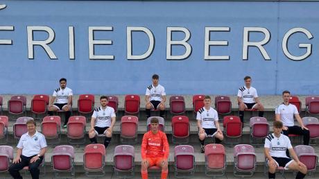 Der TSV Friedberg bereitet sich auf die neue Saison vor: (hintere Reihe, von links) Haci Ay, Chris Vogel, Tim Steiner, (mittlere Reihe) Burak Erdim, Eddi Meyer, Co-Trainer Rene Kunkel, (vorne) Abteilungsleiter Stefan Reisinger, Julian Lippmann und Jonas Niemi.