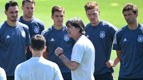 Bundestrainer Joachim Löw im Kreis seiner Nationalspieler. Bei der deutschen Mannschaft gab es in der Vorrunde Licht und Schatten – mit einer Einschätzung tun sich deswegen auch Fußball-Experten schwer.