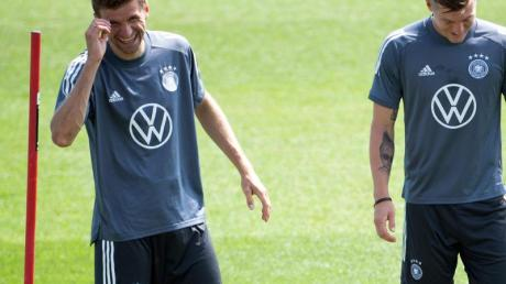 Bestens gelaunt zurück im DFB-Training: Thomas Müller (l) - Toni Kroos freut es auch.