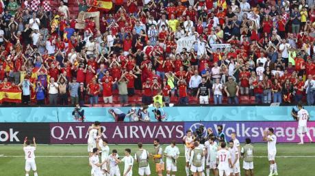 Die spanischen Spieler bejubeln mit ihren Fans den Einzug ins Viertelfinale.