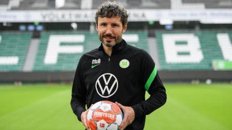 Testspiele des VfL Wolfsburg; 2021 in der Sommerpause: Termine, Gegner, Spielplan. Mark van Bommel ist der  Trainer der Wölfe.