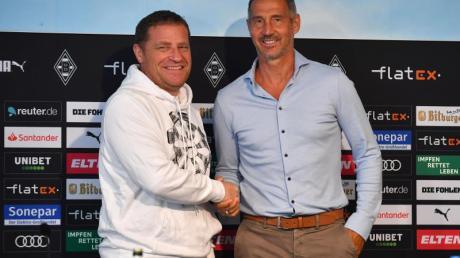 Gladbach-Sportdirektor Max Eberl (l) begrüßte den neuen Trainer Adi Hütter.