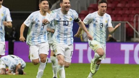 Lionel Messi (vorne) und Teamkollegen feiern den Sieg gegen Kolumbien im Elfmeterschießen.