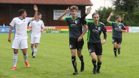 Nick Sautter (Mitte) und sein Teamkollege Luis Lindermayr beim Testspiel des FC Stätzling gegen Dachau. Der FCS setzte sich durch.