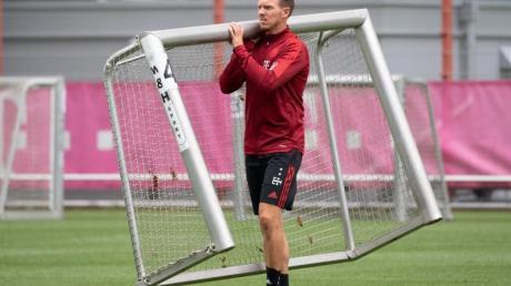 Der neue Bayern-Trainer Julian Nagelsmann trägt ein Minitor auf den Trainingsplatz.