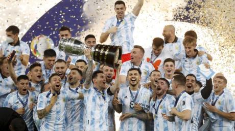 Argentiniens Spieler feiern mit der Trophäe nach dem 1:0-Sieg gegen Brasilien.