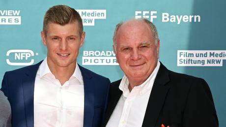 Da war alles noch friedlich: Toni Kroos und Uli Hoeneß bei der Premiere des Dokumentarfilms über Toni Kroos.