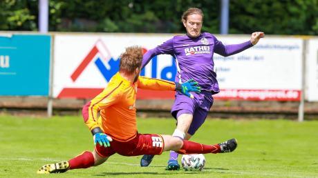 Auf und davon: Neuburgs Co-Trainer Matthias Riedelsheimer (rechts) erzielte im Heimspiel gegen den TSV Jetzendorf den 1:1-Ausgleich. Am Ende gewannen die Lilaweißen mit 3:1.