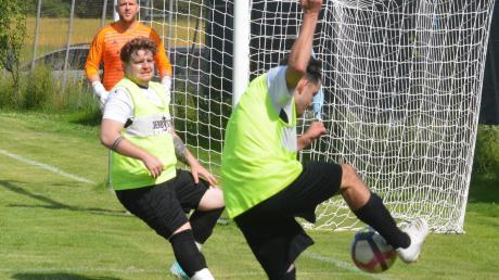 Für Hochbetrieb vor Deuringens Keeper Carsten Storch sorgten die Gablinger Angreifer Manuel Eistensteger und Dennis Klocker (von rechts) beim 10:0-Sieg.
