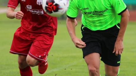 Szene aus dem Testspiel SpVgg Deiningen - VfB Oberndorf (2:0): Felix Bösele (links) und der Deininger Jakob Schichl haben den Ball fest im Visier.