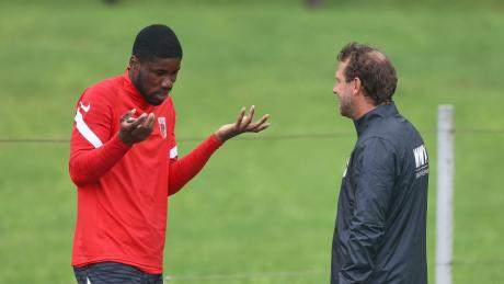 Kevin Danso (li.) im Gespräch mit Markus Weinzierl. Der Trainer wollte auf den Spieler bauen, dieser hat andere Pläne und verweigert die Arbeit.