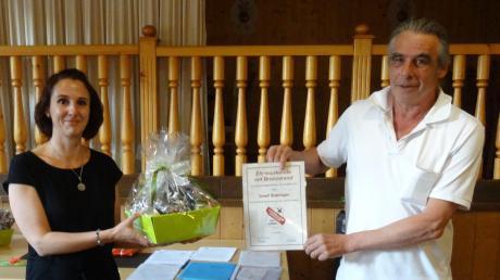 Für langjährige Mitgliedschaft beim SKK erhielt Josef Bobinger von Vorsitzender Birgit Erdmann die Ehrenurkunde sowie einen Präsentkorb.
