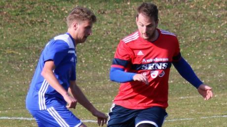 Daniel Gabler (links) erzielte das einzige Tor beim 1:0-Testspielsieg des FSV Marktoffingen gegen die SG Dentlein/Langfurth.