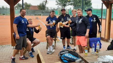 Die Herren des SV Weichering stoßen auf die Meisterschaft an: Tobias Mandlmeier (von links), Markus Brandstetter, Tobias Walter, Thomas Mandlmeier, Maximilan Heindl, Florian Fahrmeier und Florian Resch.