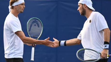 Alexander Zverev (l) und Jan-Lennard Struff starteten erfolgreich in die Sommerspiele in Tokio.