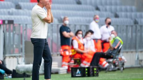 Bayern-Trainer Nagelsmann gibt während der Partie Anweisungen.