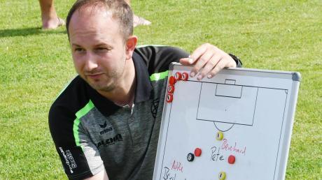 An der Taktiktafel erklärt der neue Trainer Peter Stegner, was er von den U23-Spielern des FC Gundelfingen erwartet.