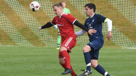 Stehen alle in der dritten Runde: Der Gundelsheimer Maximilian Schuster  in Rot und Markus Hönle vom TSV Wolferstadt in Blau als Gegenspieler in der Kreisklasse 2018/19.
