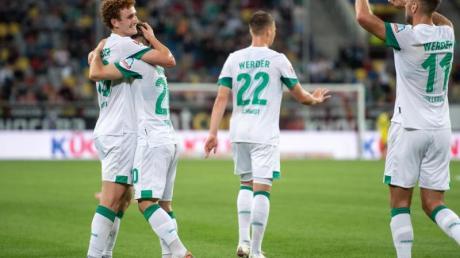 Bremens Doppeltorschütze Joshua Sargent (l-r), Romano Schmid, Niklas Schmidt und Niclas Füllkrug jubeln nach dem Treffer zum 0:1.