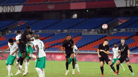 Der große Moment von Felix Uduokhai (Mitte) bei Olympia: Gegen Saudi-Arabien gelang ihm per Kopf der Siegtreffer.