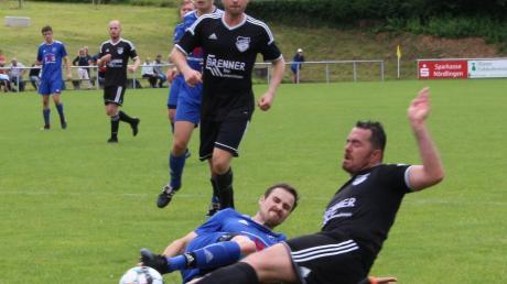 Mit fairen Mitteln stoppt Alerheims Abwehrmann den Ederheimer Angreifer Andre Gebele (rechts). Die Gäste gewannen verdient mit 2:0.