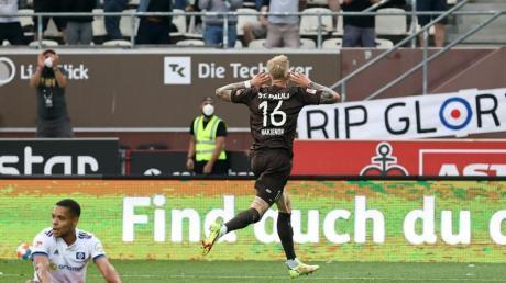 Pauli-Doppeltorschütze Simon Makienok bejubelt das Tor zum 3:1 gegen den HSVim Hamburger Stadtderby.