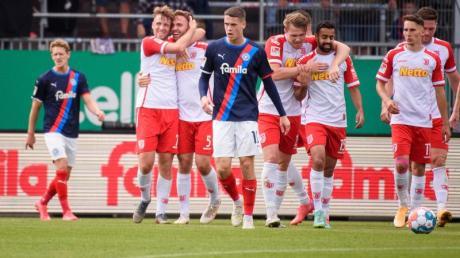 Jahn Regensburg setzte sich souverän bei Holstein Kiel durch.