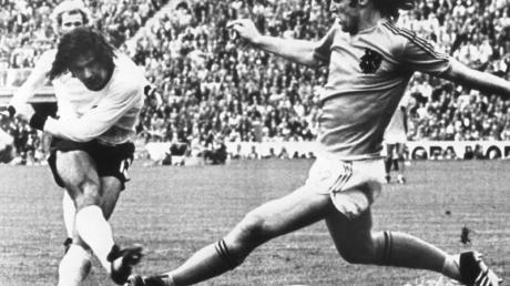 Gerd Müller (l) erzielt im WM-Finale 1974 den 2:1-Siegtreffer gegen die Niederlande.