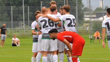 Während sich die versammelte FCG-U23 über ihre 1:0-Führung durch Johannes Hauf freut, wirkt TGLler Emirkan Öz (vorne) eher geknickt.
