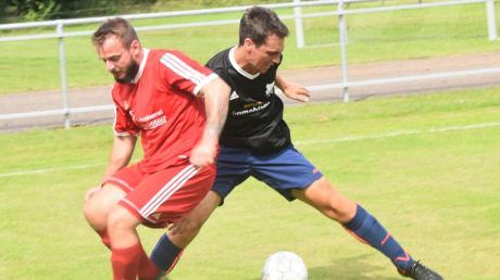 Voller Einsatz: Stefan Vogelsang (rechts) und der SV Weichering lagen im Heimspiel gegen den TSV Ober-/Unterhausen bis zur 76. Minute mit 1:2 zurück. Dann musste die Partie wegen eines Gewitters abgebrochen werden.