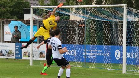 Der Ausgleich zum 1:1 im Spiel des BC Aichach gegen den SSV Alsmoos-Petersdorf durch Milan Gajic, Torwart Alexander Schindele kommt nicht mehr ran.