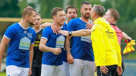 Hatten sich in der hitzigen Schlussphase offensichtlich noch einiges zu sagen: Untermaxfelds Trainer Wolfgang Rückel und die Akteure des siegreichen SC Griesbeckerzell.