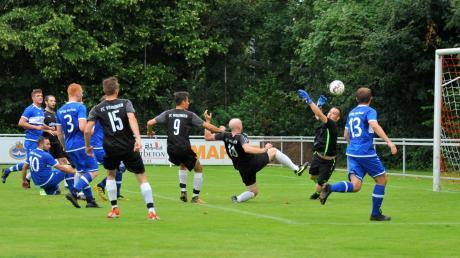Am Bachtaler Keeper Maximilian Ackermann, aber auch am Tor vorbei geht dieser Ball von Philipp Spring (Dritter von rechts). Ackermann ließ sich nur mit einem Foulelfmeter durch Manuel Fischer überwinden, was Gastgeber Weisingen allerdings zum 1:0-Sieg im Spitzenspiel reichte.