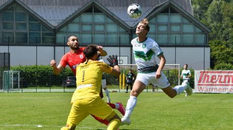 Sandro Caravetta (rechts) war nicht nur beim TSV Wasserburg den Tick schneller am Ball, der Stürmer des FC Gundelfingen hat einen echten Torriecher. Acht Treffer hat er in bislang 13 Punktspielen für die Grün-Weißen erzielt.
