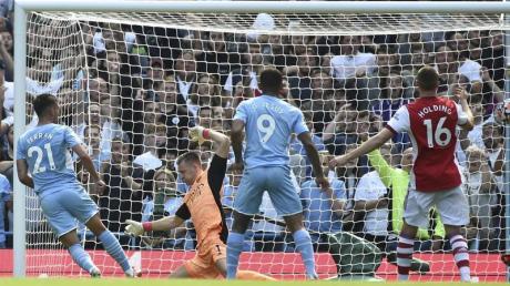 Manchester Citys Ferran Torres (l) erzielt das zweite Tor für seine Mannschaft.