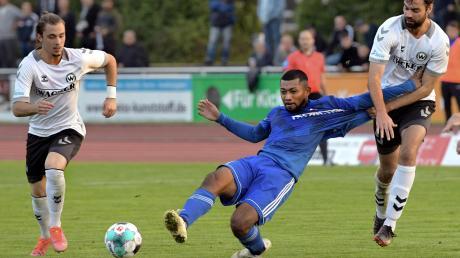 Kento Teranuma (blaues Trikot) erzielte den einzigen Treffer für den FV Illertissen. In dieser Szene vergibt er eine weitere gute Chance für seine Mannschaft – auch weil ein Gästespieler nicht ganz regelgerecht eingreift.