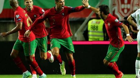Cristiano Ronaldo (M.) traf in der WM-Qualifikation für Portugal gegen Irland in der Schlussphase doppelt.