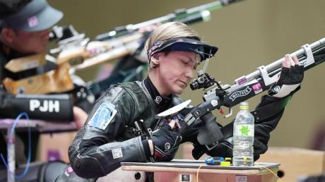 Sportschützin Natascha Hiltrop (vorne) wird bei der Abschlussfeier der Paralympics in Tokio die deutsche Fahnenträgerin sein.
