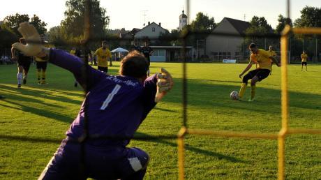 Der gefoulte Yves Krpic tritt zum Strafstoß gegen Weisingens Keeper Tobias Duderstadt an – und verwandelt zum 2:0 für den TSV Haunsheim.
