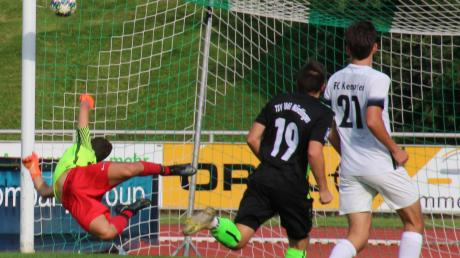 Julian Bosch trifft hier zum 3:0 – der Torwart hat keine Chance, in Reichweite des Balls zu springen.