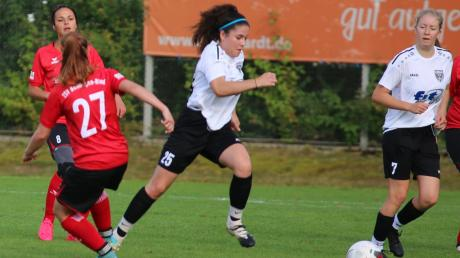 Antonia Kawan (Nummer 25) bereitete das 1:0 vor, Maja Greiner (Nummer 7) erzielte beide Tore beim 2:0-Sieg der Frauen des TSV Nördlingen.