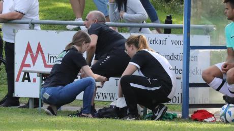 Beim Jubeln verletzte Meitingens Abteilungsleiter Torsten Vrazic und musste von Verena Wagner und Carina Gebhard am Spielfeldrand behandelt werden.
