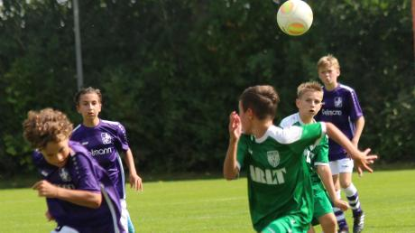 Dieser Pass von Matthis Loi (hinten im grünen Trikot) landete genau im Lauf von Laurin Merkl, dem Torschützen zum 1:1. Das war auch der Endstand beim Bayernliga-Duell der Nördlinger U15-Junioren in Kaufbeuren.