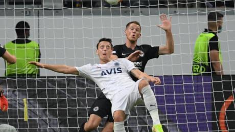 Frankfurts Erik Durm (r) und Istanbuls Mesut Özil kämpfen um den Ball.
