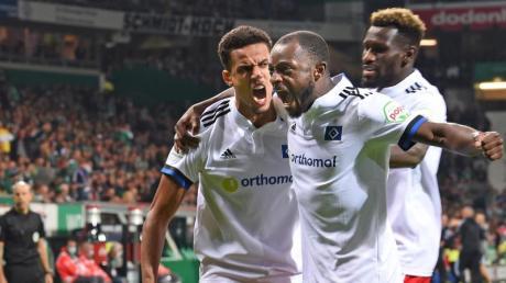 Die Spieler des Hamburger SV feiern den 2:0-Sieg beim Erzrivalen Werder Bremen.