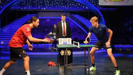 Alexander Zverev (r) spielt in der ProSieben-Show «Schlag den Star» gegen Silvio Heinevetter Tischtennis.