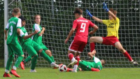 Memmingens Torjäger Danyel Roshinski beschäftigt hier fast die halbe TSV-Mannschaft (von links): Jan Lenz, Sajjad Amiri, Alya Hanke, am Boden Benedikt Seefried und Torwart Max Brandner.