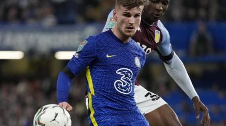 Chelseas Timo Werner (l) und Aston Villas Kortney Hause kämpfen um den Ball.
