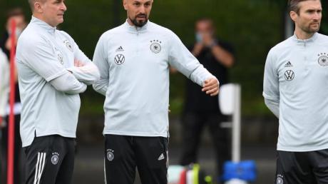 Antonio di Salvo (M.) folgt auf Stefan Kuntz (l) als Cheftrainer des deutschen Fußball-U21-Nationalteams.