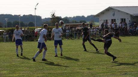 Artistisch bringt Zaisertshofens David Wiedemann (schwarzes Trikot, rechts) den Ball in dieser Szene auf das Mattsieser Tor, wo der Ball die Latte touchiert. Zu diesem Zeitpunkt war die Partie allerdings bereits so gut wie entschieden.